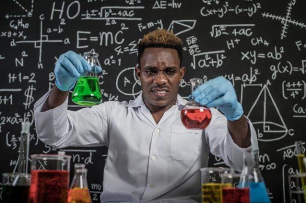 Científico experimentando