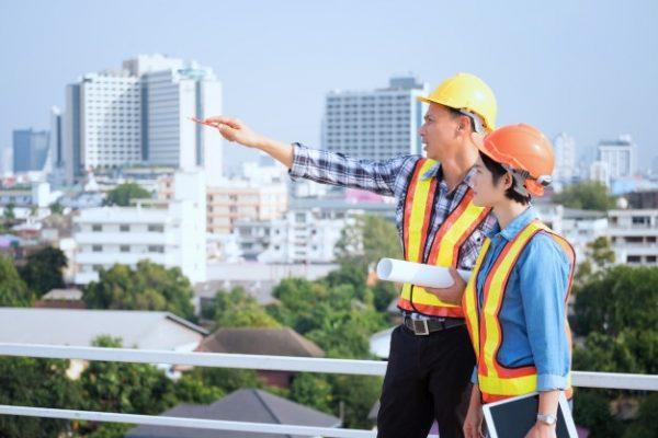 Ingenieros trabajando en una construcción